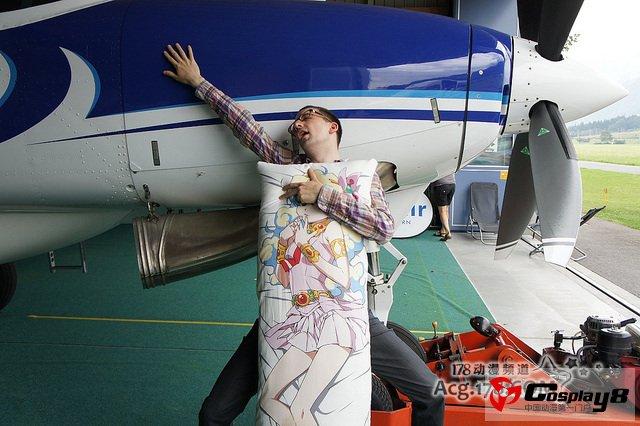 携动漫抱枕跳伞; 与卡通美女浴巾浴袍共浴的视频;