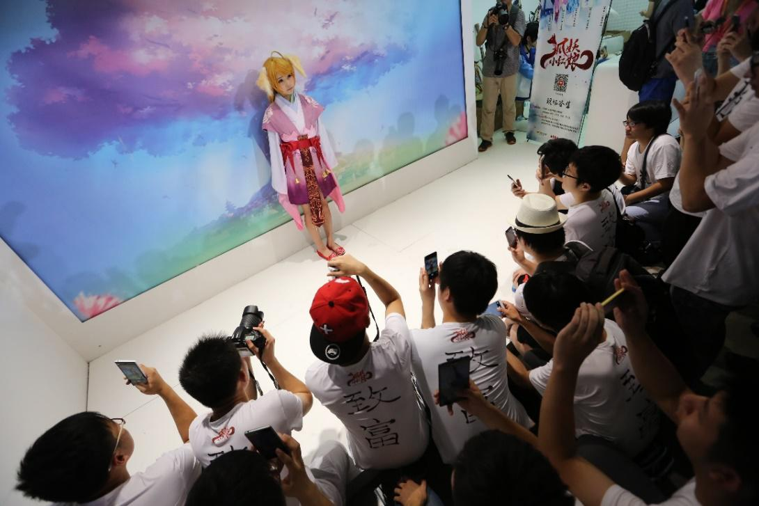 7月底以来,虽然上海持续高温,但并没阻止2015ChinaJoy热火朝天的开幕,依旧有许多玩家顶着烈日来到CJ现场。在本届CJ的参展商中,出现了不少让人期待的身影,创立于2012年并在近三年间产出许多优秀原创国漫作品的腾讯动漫就是其中之一。在CJ现场,腾讯动漫除了带来超人气动漫作品《狐妖小红娘》极度贴合原作的精彩coser表演外,另几部人气动漫《尸兄》、《火影忍者》同名手游的抢先试玩更是引来大批爱好者。一时间,腾讯动漫展台人气爆棚,由它所引发的动漫风暴也成为CJ现场一大亮点。