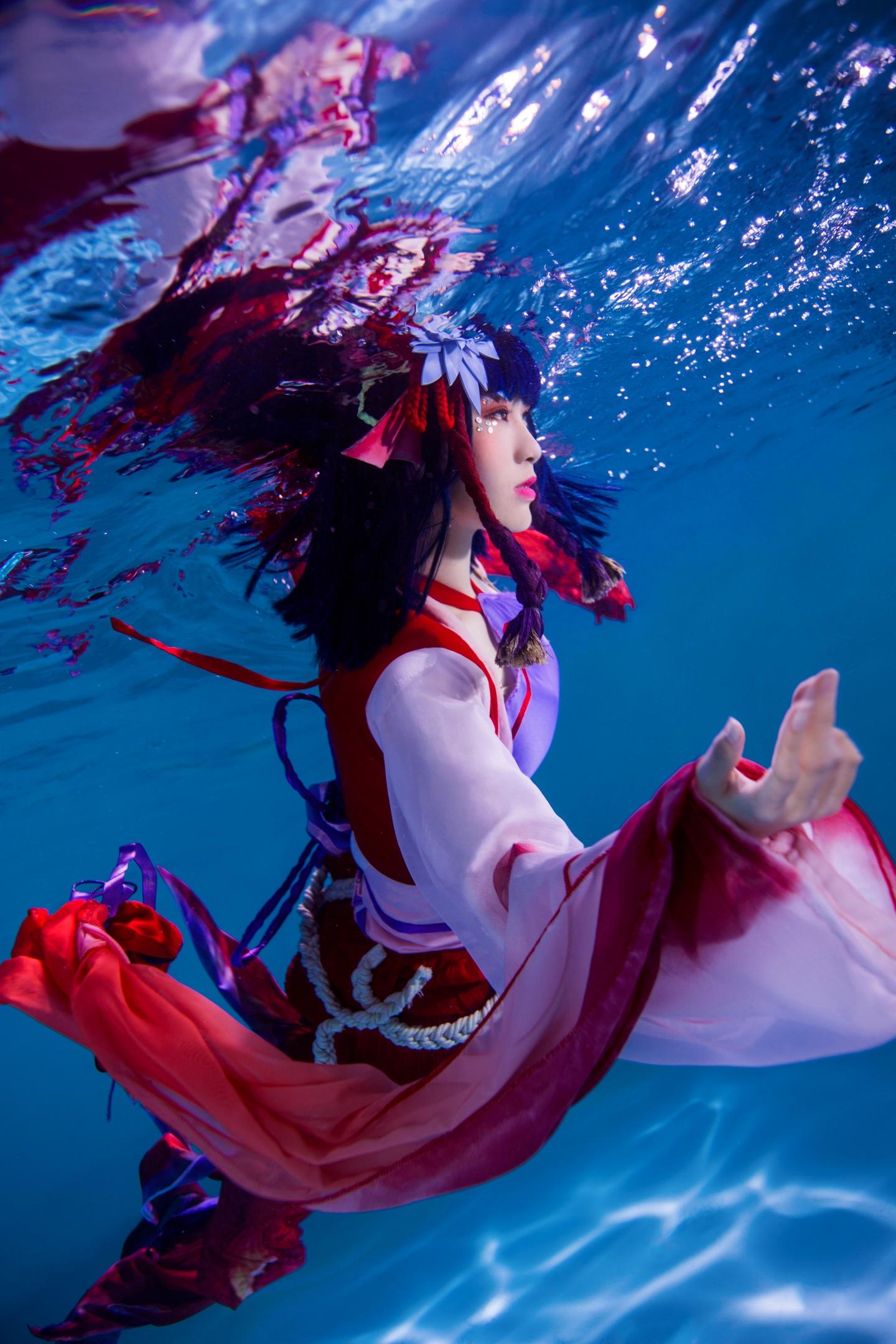 可爱鲤鱼精仿佛是水中的天使,coser水下强行睁眼和部呛水都太辛苦