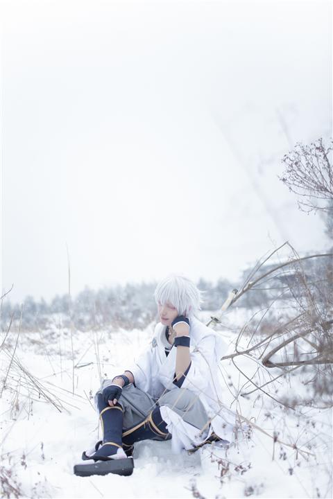 《刀剑乱舞》鹤丸国永cosplay 是和雪一样的鹤哦,能找到我吗?